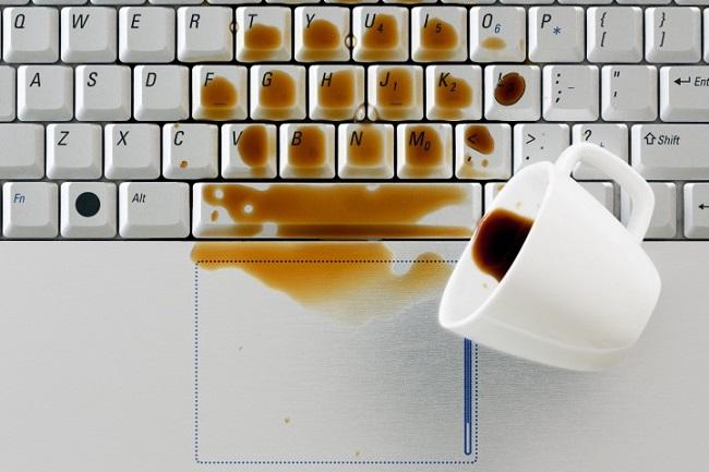 Bàn phím laptop bị vô nước gây liệt bàn phím